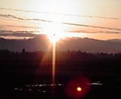 早池峰山脈に朝日… 3月30<br />  日午前5時4<br />  0分