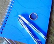 青いノートとペン